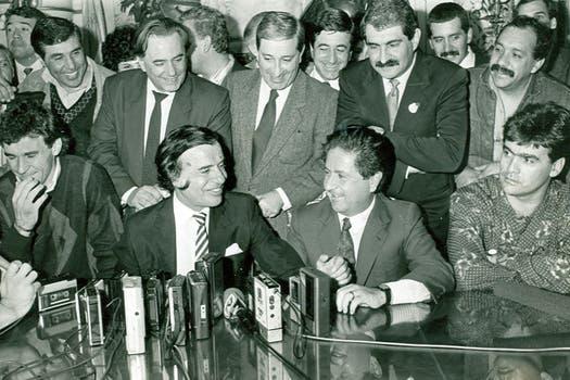 Duhalde junto al ex presidente Carlos Menem; cerca se lo ve a Carlos Grosso, ex intendente de Buenos Aires. Foto: Archivo