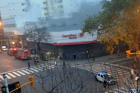 La sucursal de Carrefour incendiada
