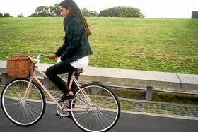 Paula Alvarado se mueve en bicicleta para disfrutar más de sus viajes y conectarse con la ciudad en la que vive