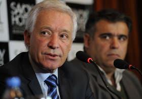 El empresario Víctor Blanco, nuevo presidente de Racing; detrás, Pablo Mena, tesorero