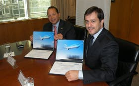 Van Rex Gallard, de Boeing, y Mariano Recalde, de Aerolíneas, al firmar ayer el acuerdo