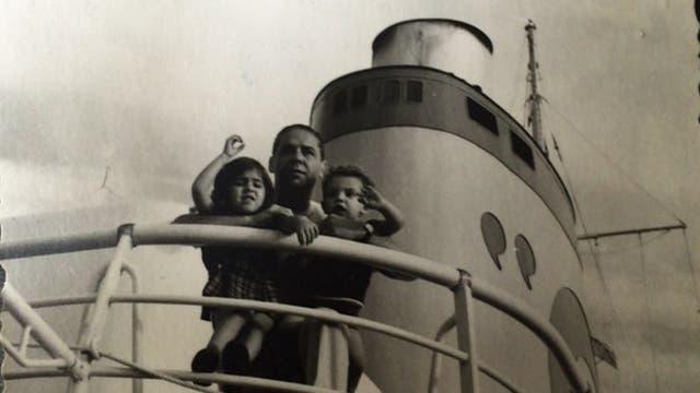 Francisco, su padre y su hermana viajando en barco de Estados Unidos a Austria