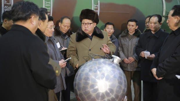 Kim Jong-un se muestra junto a una bomba nuclear en miniatura y amenaza a sus enemigos