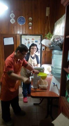 Con su nueva familia, Pablo pasa los días entre la cocina, el arte y los inventos