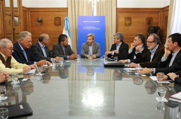 Frigerio (centro), junto a empresarios y sindicalistas de la construcción