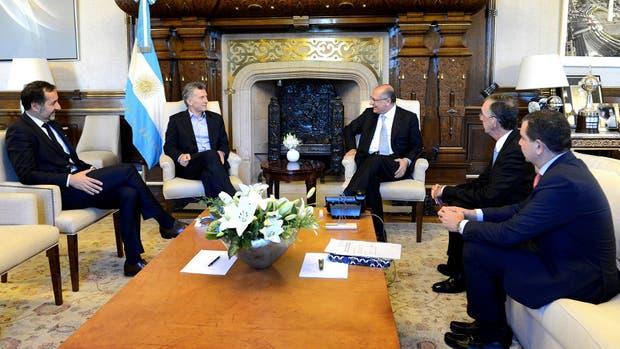 Macri y Alckim (centro), junto a funcionarios y el embajador de Brasil en el país, Sergio Danese