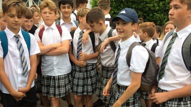 Alumnos asisten con falda a la escuela