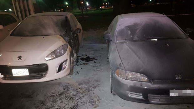 Los vehículos dañados por un artefacto incendiario