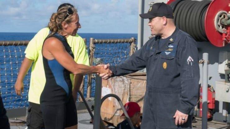 El comandante en jefe del USS Ashlanda, Gary Wise, le da la bienvenida a bordo a Jennifer Appel