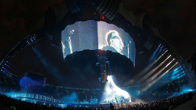La gira 360 de U2 en 2011 montó un gran escenario con una pantalla circular y cuatro garras patas gigantes