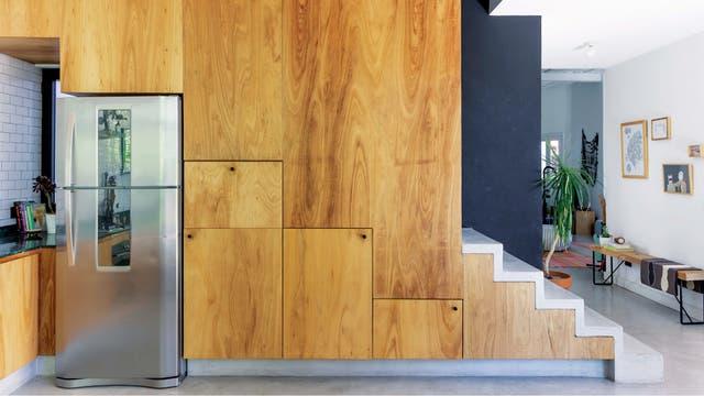 La nueva ubicación de la escalera permitió, en la parte del hueco inferior, ganar valioso espacio de guardado. Y con gran estilo