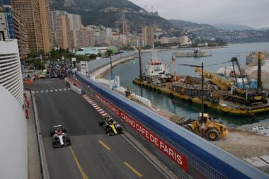 Kimi Raikkonen y Nico Hulkenberg en las prácticas que realizan los pilotos en Mónaco.