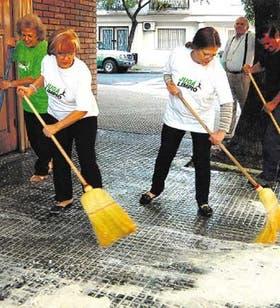 Muchos vecinos se suman a la limpieza de las veredas con agua y jabón