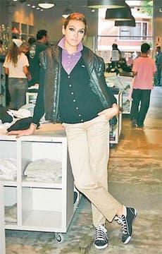 Chaleco inflado, chemise, cardigan de hilo, pantalón de gabardina y zapatillas de gabardina con lana (Lacoste, $ 400, $ 139, $ 299, $ 149 y $ 255). Foto: Mariano Vega