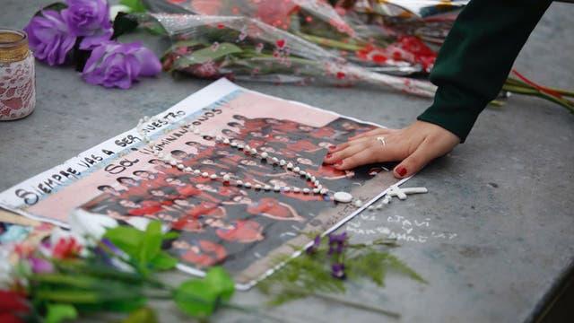 Familiares y amigos de las víctimas asisten, hoy, a una misa en Grand Bourg