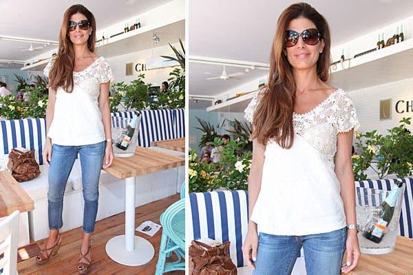 Siempre con un estilo simple y canchero, Juliana Awada eligió unos jeans, remera con encaje y plataformas. Foto: Feedback PR