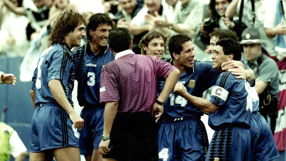21-6-1994: festejo del gol secundado por Batistuta, Chamot, Caniggia y Simeone. Foto: LA NACION / Francisco Pizarro
