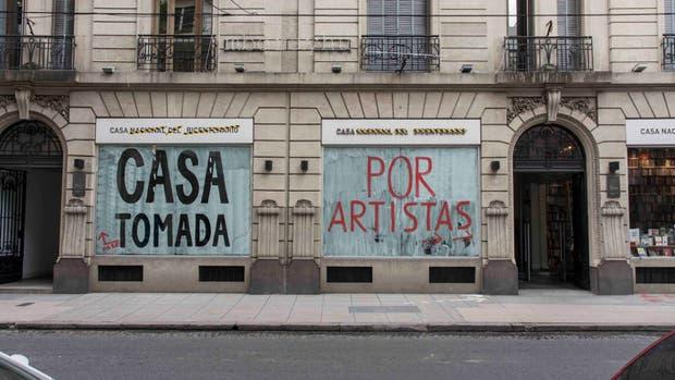 """Frentistas. La fachada de la Casa del Bicentenario planta sus banderas: aquí adentro no hay """"exposiciones"""""""