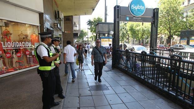 En Caballito, la custodia policial impide el regreso de los vendedores ambulantes que invadían Rivadavia y Acoyte
