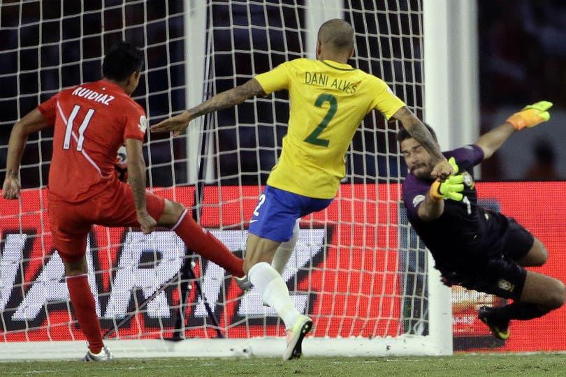 Brasil queda fuera de cuartos por un gol con la mano
