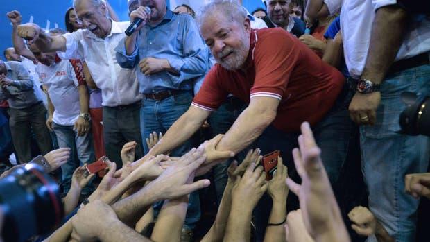 Brasil amaneció hoy muy polarizado políticamente, y con la militancia del oficialista Partido de los Trabajadores (PT) activa en el blindaje de su máximo líder.