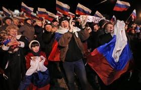 Los festejos tras conocerse los resultados del referéndum, anoche, en la plaza Lenin de Simferopol