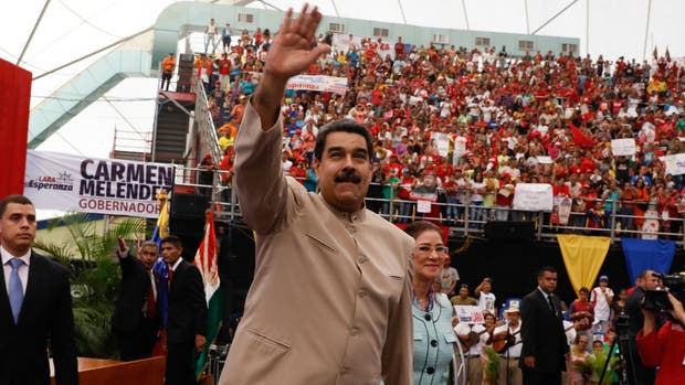 Maduro y su esposa, Cilia Flores, saludan a sus partidarios del estado de Lara durante un acto partidario