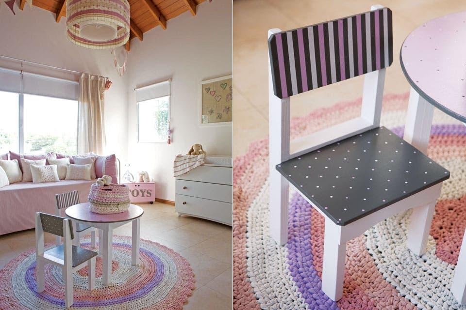 Mesa con sillas pintadas ($1.750), contenedor ($460, todo de Prágmata) y alfombra tejida en totora (Dos Juanitas). Lámpara colgante con tiras de tela del mismo color de la composición general ($1.100).  /Javier Picerno