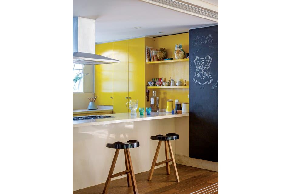 Amarillo en los brillantes muebles laqueados de la cocina .  /André Luiz Cronemberger Nazareth