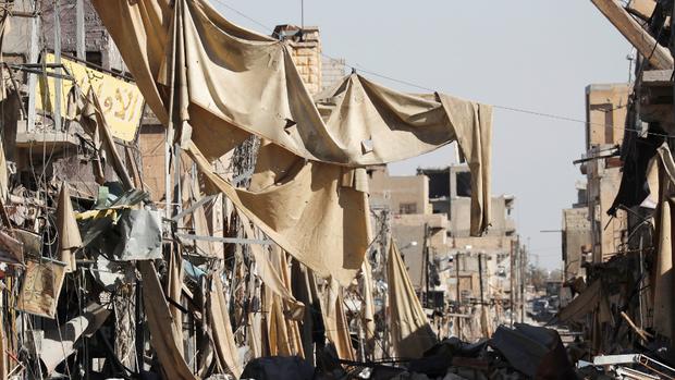 Un shopping de Raqqa, en ruinas tras meses de batallas para expulsar EI de la ciudad siria