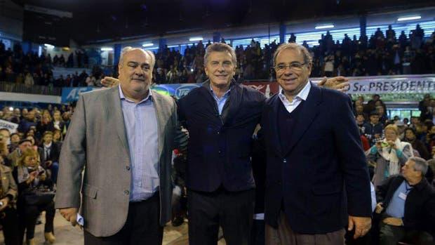 Colombi y Macri, ayer, en Corrientes, con el intendente electo de la capital provincial