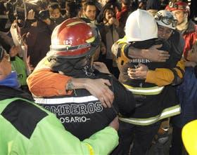 Emotiva despedida de los bomberos que trabajaron en el rescate