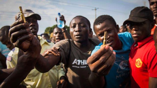 Manifestantes de la Super Alianza Nacional de Kenia (NASA) muestran casquillos de bala supuestamente disparados por la policía en Kisumu al oeste de Kenia