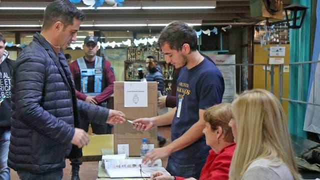 Matía Tombolini votó en Almagro