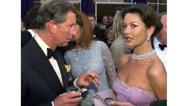 Junto a la actriz Catherine Zeta Jones durante una fiesta en Londres
