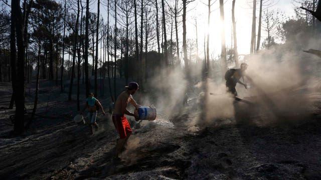 Los vecinos se juntaron para ayudar a los bomberos para controlar las llamas. Foto: LA NACION / Mauro V. Rizzi //Enviado especial