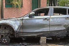 Una camioneta BMW X5 fue incendiada en la madrugada de hoy en Villa del Parque