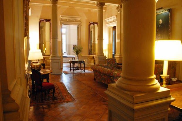 El hogar es de mármol de Marruecos color marrón y gris.