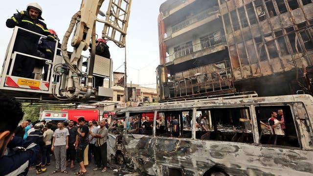 Varias tiendas y vehículos quedaron destruidos y calcinados. Foto: EFE
