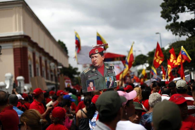 Miles de manifestantes ya se encuentran en la Casa de Gobierno en apoyo a Chávez. Foto: EFE