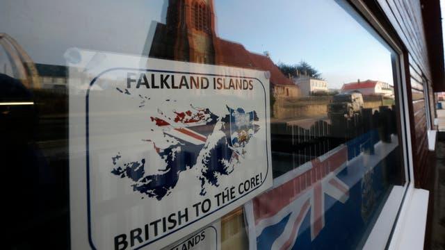 ¨Británicos hasta la médula¨. Las banderas británicas se multiplican a lo largo de las calles de Puerto Argentino. Foto: LA NACION / Mauro V. Rizzi