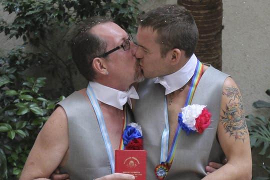 Los rusos Alexander y Dimitri contrajeron matrimonio en la Argentina y pedirán asilo polítco. Foto: EFE