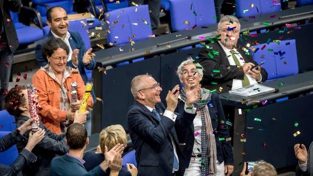 El político del partido Los verdes, Volker Beck, celebró entusiasmado el resultado de la votación que aprobó una reforma legislativa que contempla la legalización del matrimonio entre personas del mismo sexo