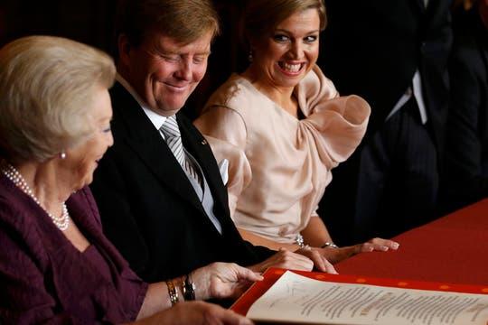 La reina Beatriz junto al príncipe Guillermo y a la princesa Máxima, firma la abdicación en favor de su hijo. Foto: Reuters