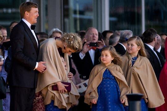 La Familia Real saluda al pueblo holandés luego de su paseo en barco. Foto: AFP