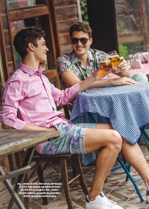 Izq., camisa ($ 1300, Perramus), bermudas ($ 2500, Pepe Jeans), zapatillas de cuero ($ 2250, Hush Puppies). Der., camisa ($ 1890, Bolivia), pantalón de gabardina ($ 1190, Basement en Falabella)