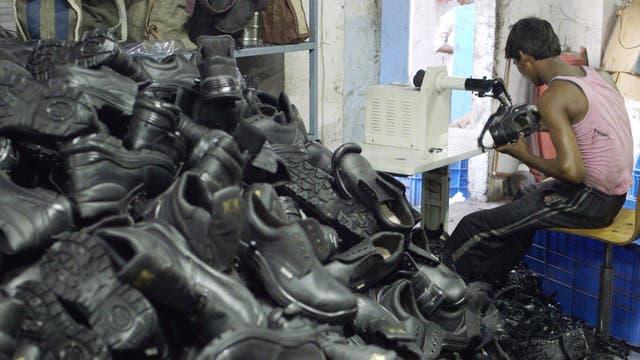 Los desechos de las marcas de moda vuelven a las zonas donde se radican los principales talleres del mundo en forma de donativo