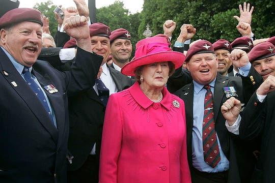 El 17 de junio de 2005 junto a veteranos de guerra para conmemorar los 25 años de la guerra de las Malvinas. Foto: Archivo