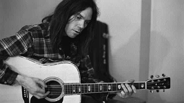 Young toca su guitarra Gibson