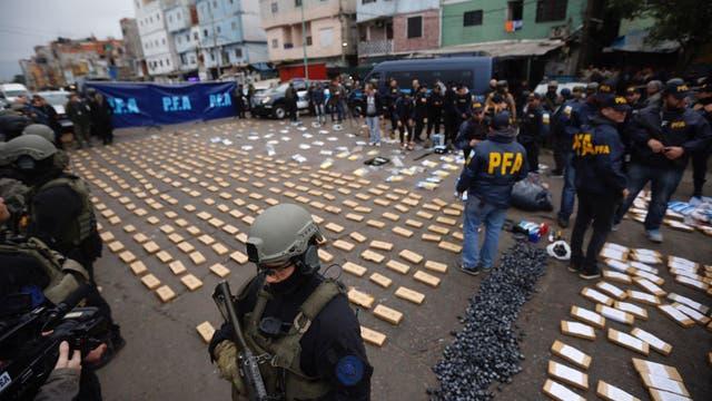 Luego del operativo la policía custodia los más de 450 kilos de marihuana, 45 de cocaína y 45 mil dosis de paco